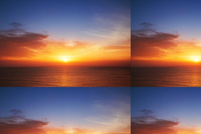 Tapeta Pixerstick Krásná scéna s oblaky nad mořem, západ slunce záběr - Témata