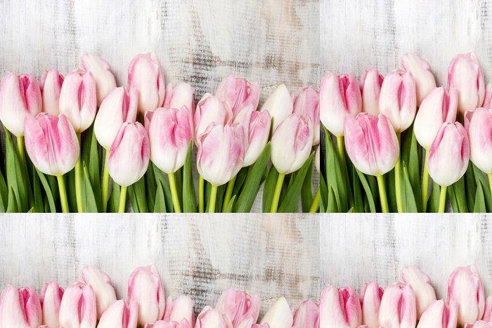 Tapeta Pixerstick Krásné růžové a bílé tulipány na dřevěné pozadí. Kopírovat prostor - Témata