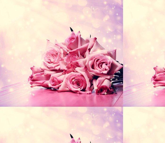 Tapeta Pixerstick Krásné růžové růže na růžovém dřevěný stůl - Květiny