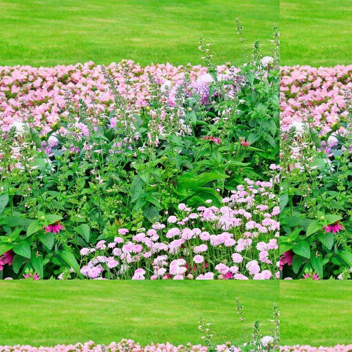 Tapeta Pixerstick Krásný květinový záhon v létě parku - Roční období