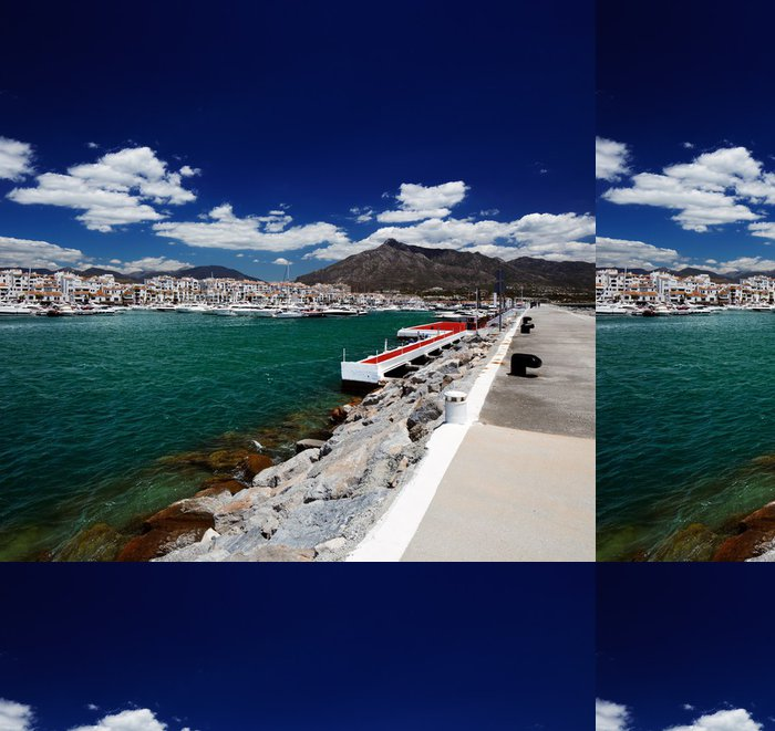 Tapeta Pixerstick Luxusní jachty a motorové lodě v Puerto Banus ve městě Marbella, Španělsko - Evropa