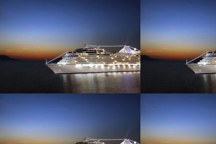 Tapeta Pixerstick Luxusní výletní lodi plující do přístavu na východ slunce - Prázdniny