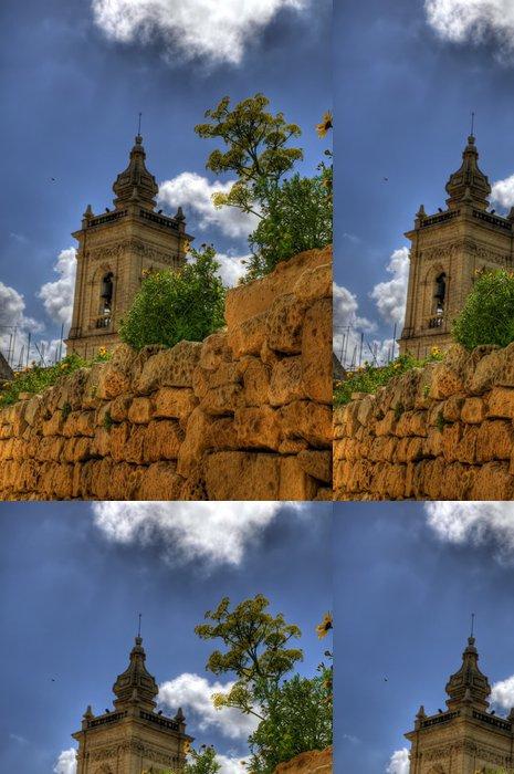 Tapeta Pixerstick Maltskému věž kostela stoupá nad kamennou zeď - Památky