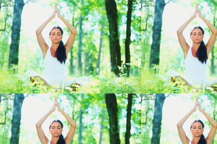 Tapeta Pixerstick Mladá žena, která dělá cvičení jógy v zeleném parku - Osud