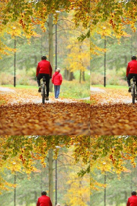 Tapeta Pixerstick Na kole venku muže na kole, zlatý podzim v parku - Roční období