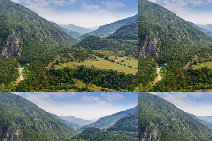Tapeta Pixerstick Obec v údolí nízkých hor - Evropa