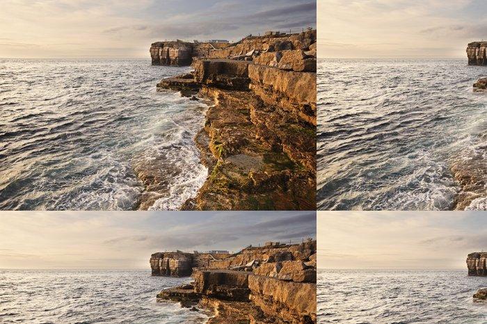 Tapeta Pixerstick Ohromující geologické skalní útes útvary s vlnami zřítilo v - Voda
