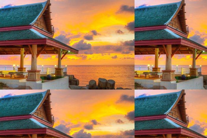Vinylová Tapeta Orientální thajské architektury na pláži při západu slunce - Asie