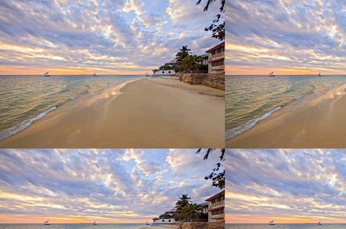 Vinylová Tapeta Písečná pláž s lodí a západ slunce na Zanzibaru - Prázdniny