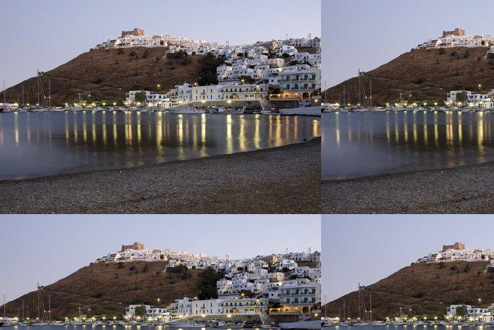Tapeta Pixerstick Pohled v noci hradu a obce Astypalea Island - Řecko - Evropa