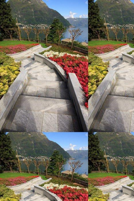 Tapeta Pixerstick Příjezdová cesta a květinová zahrada v Faggeto Lario - Jezero Como - Roční období