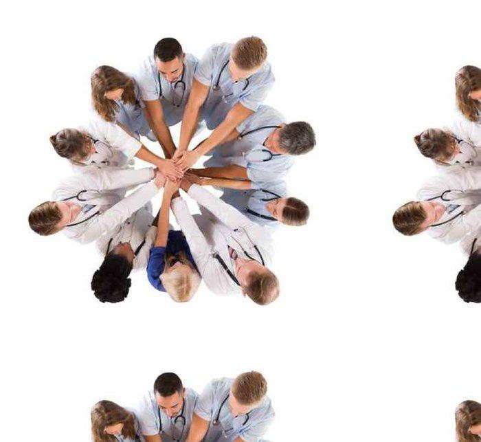 Tapeta Pixerstick Přímo nad záběr mnohonárodnostní lékařský tým stohování Hands - Lidé
