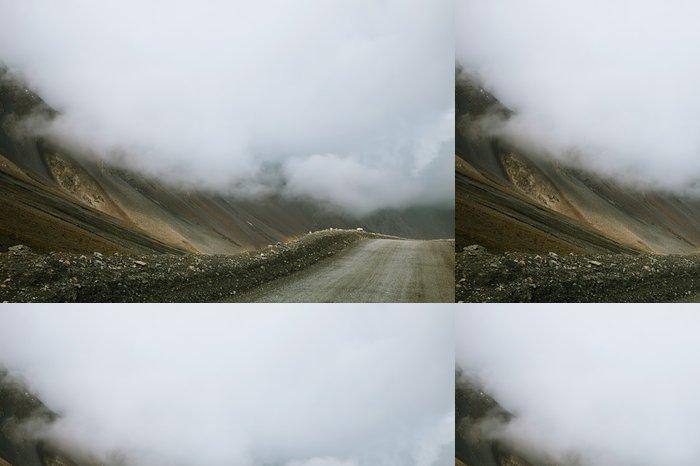 Vinylová Tapeta Prudký obrat vysoká horská silnice z Barskoon údolí v Kyrgyzsta - Asie