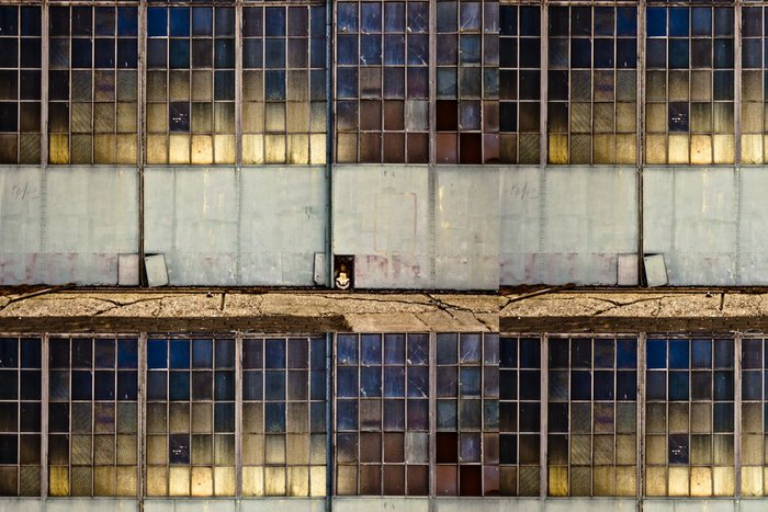 Tapeta Pixerstick Průmyslová garážová vrata s okny - Industriální a obchodní budovy