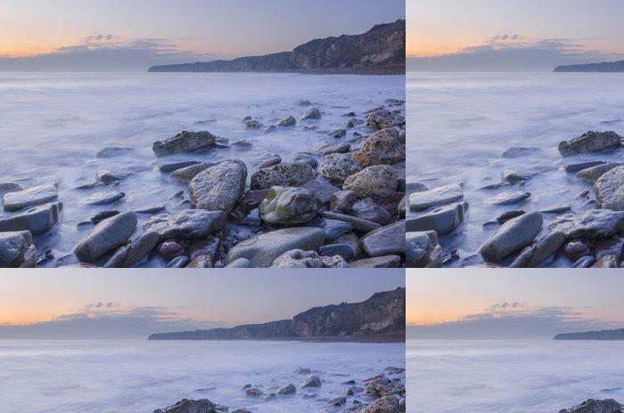 Tapeta Pixerstick Ranní přílivu na skalnaté pláže - Voda