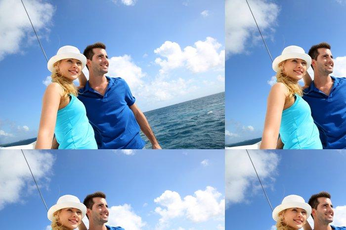 Tapeta Pixerstick S úsměvem bohatý mladý pár na plachetnici v karibském moři - Vodní sporty