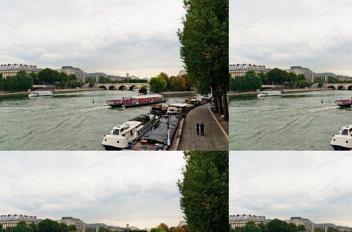 Tapeta Pixerstick Seině v Paříži při zatažené obloze - Evropská města