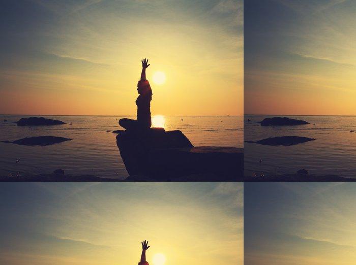 Tapeta Pixerstick Silueta jóga dívka na pláži při východu slunce dělá meditace na - Do školy jógy