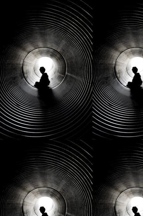 Tapeta Pixerstick Silueta sedět chlapce s světlo na konci tunelu - Grafika