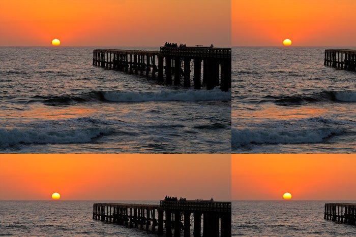 Tapeta Pixerstick Siluety pobřežní molo s zářící slunce - Nebe