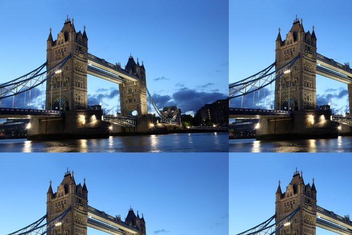 Tapeta Pixerstick Slavná a krásná večerní pohled na Tower Bridge, Londýn, Velká Británie - Témata