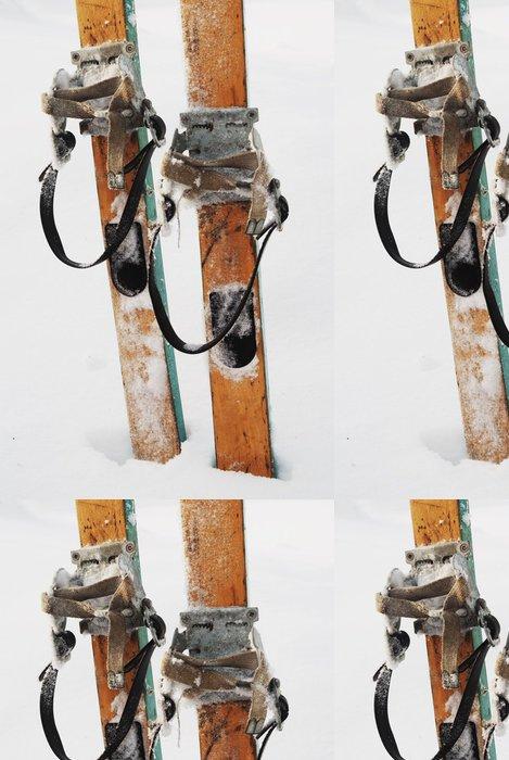 Tapeta Pixerstick Staré dřevěné lyže na sněhu - Sportovní potřeby