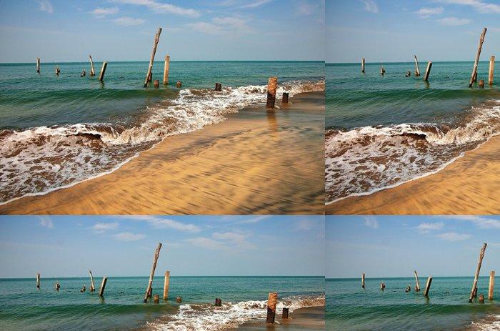 Tapeta Pixerstick Staré molo pilíře v moři - Voda