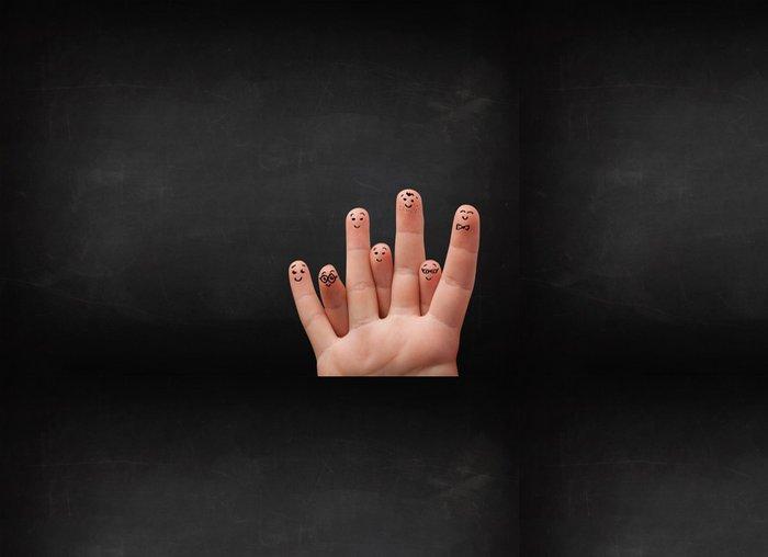 Vinylová Tapeta Šťastné smajlíky prsty při pohledu na prázdné černé chalboard - Pozadí
