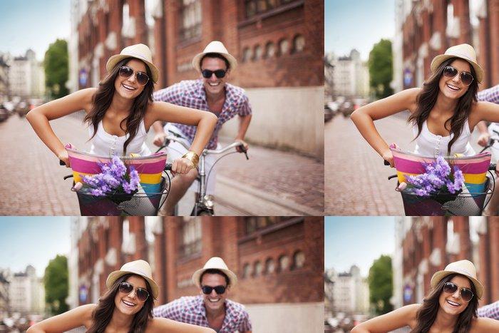 Tapeta Pixerstick Šťastný pár na kole ve městě - Témata
