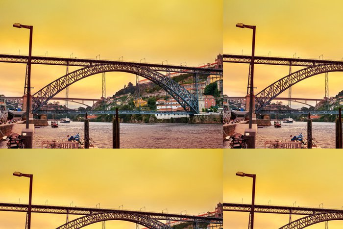 Tapeta Pixerstick Úžasný západ slunce nad Dom Luis most v portugalském Portu - Evropa