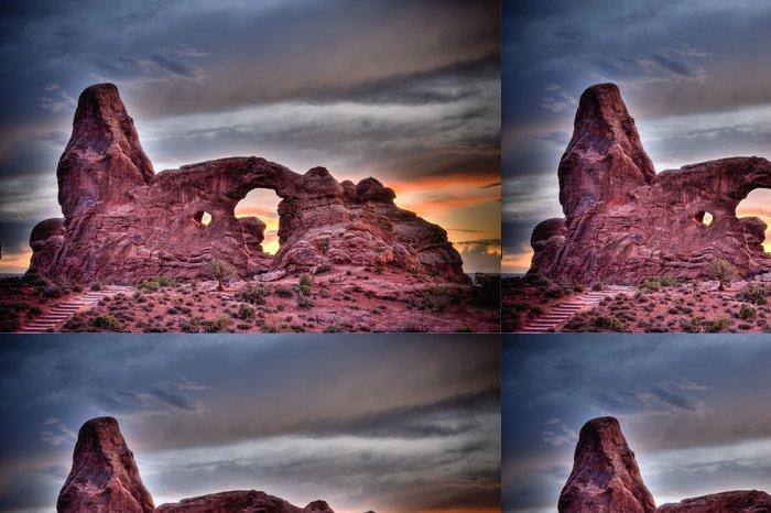 Tapeta Pixerstick Věž oblouk při západu slunce, při pohledu v národním parku Arches, Utah - Amerika