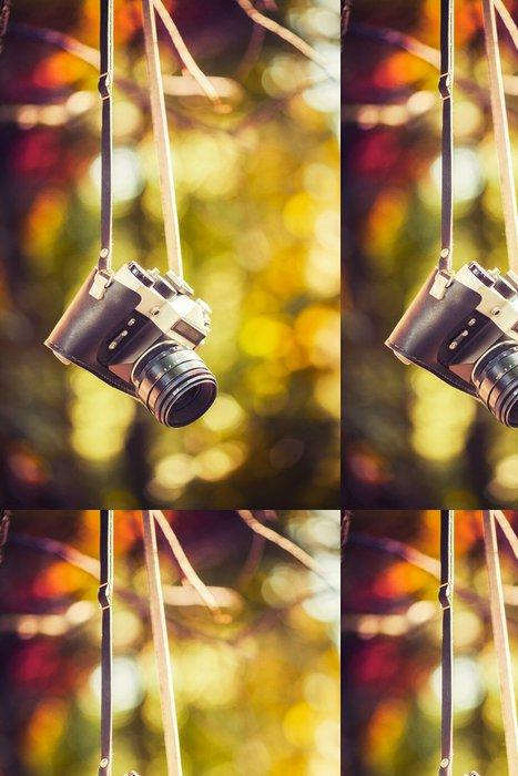 Vinylová Tapeta Vintage kamera visí na stromě v parku - Umění a tvorba