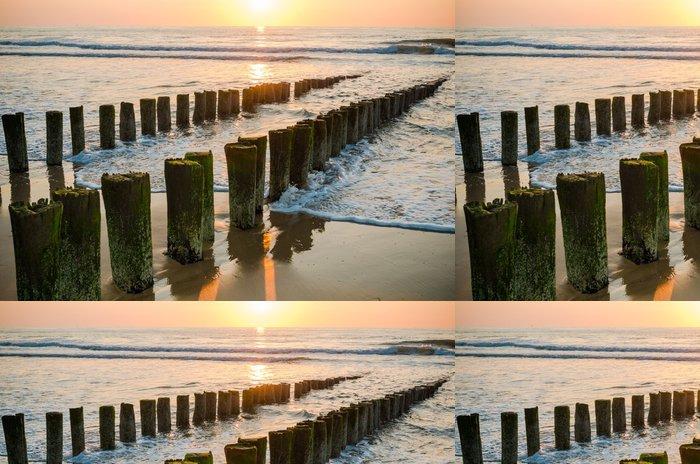 Tapeta Pixerstick Vlnolamy na pláži při západu slunce v Holandsku Domburg - Témata