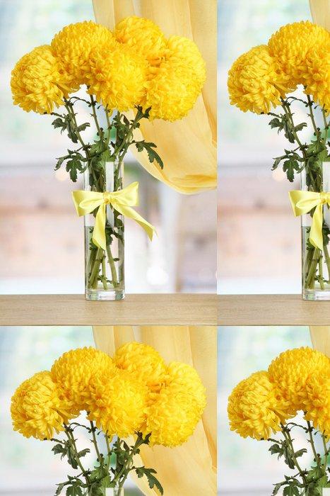 Tapeta Pixerstick Zářivě žluté chryzantémy ve skleněné váze, na dřevěném stole - Květiny