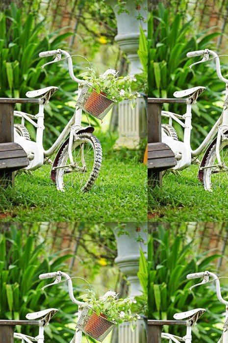 Vinylová Tapeta Zblízka kolo a květina v zahradě - Domov a zahrada