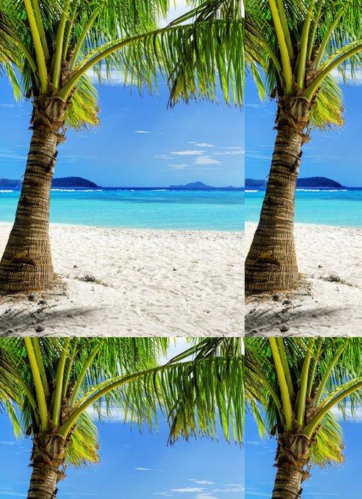 Tapeta Pixerstick Zelený strom na bílé písčité pláže - Prázdniny