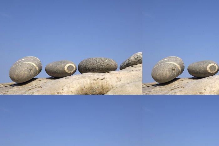 Tapeta Pixerstick Zen kameny na shnilé naplaveného dřeva na modré obloze na pláži - Struktury