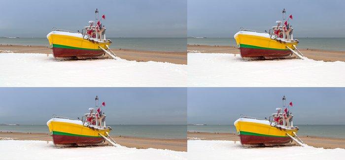 Tapeta Pixerstick Zimní krajina rybářských lodí na pobřeží Baltského moře v Polsku - Evropa