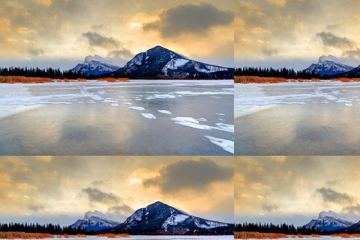 Tapeta Pixerstick Zimní slunce přes mražené Vermilion jezera, národního parku Banff - Amerika