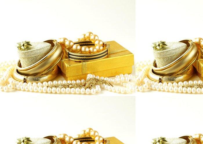 Tapeta Pixerstick Zlaté a perlové šperky, dárkové krabice na bílém pozadí - Móda