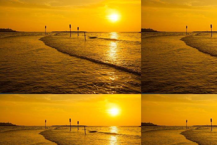 Tapeta Pixerstick Zlaté slunce nad mořem - Střední Východ