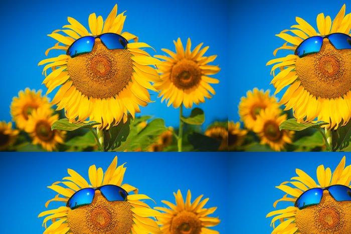 Tapeta Pixerstick Žluté slunečnice ve sluneční brýle na modré obloze - Svoboda