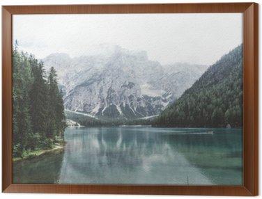 Tavla i Ram Braies sjö med grönt vatten och berg med trees__