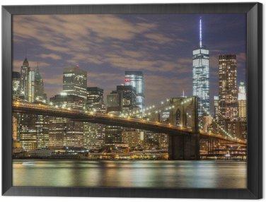 Tavla i Ram Brooklyn Bridge och Downtown Skyskrapor i New York på skymningen