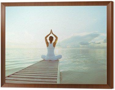 Tavla i Ram Kaukasisk kvinna yoga på stranden