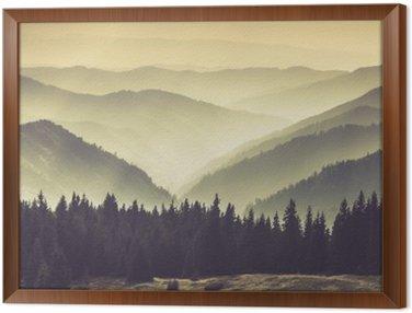 Tavla i Ram Landskap av dimmiga berg kullar.