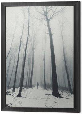Tavla i Ram Man i skog med höga träd på vintern