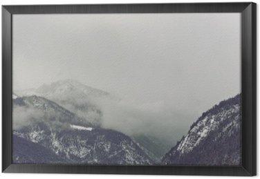 Tavla i Ram Mörka moln vilar över berg
