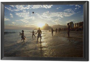 Tavla i Ram Silhuetter av Carioca brasilianare som leker Altinho Beach fotboll