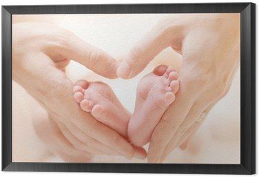 Tavla i Ram Tiny Nyfött barn fötter på kvinnliga Heart Shaped händer närbild